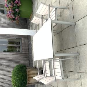 Garpa Monterey tafel met stoelen