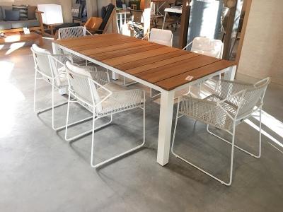 Oasiq Machar tafel en Sandur stoelen wit